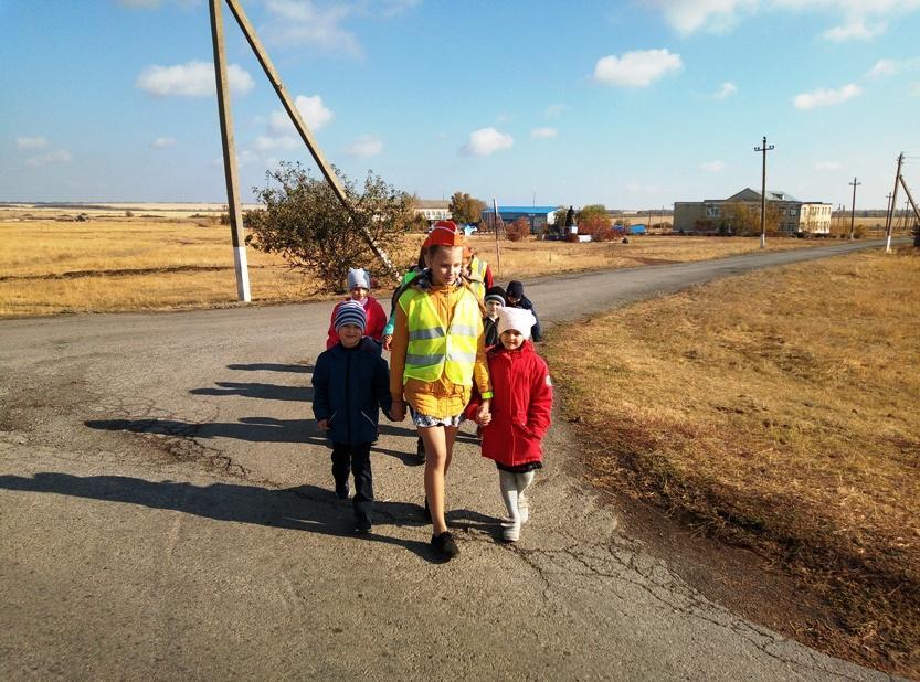 ЮИДовцы Дона провели пешую  экскурсию «Безопасный маршрут первоклассника»