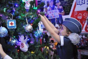 Ёлки в школах и детских садах Дона украсили новогодними поделками по ПДД