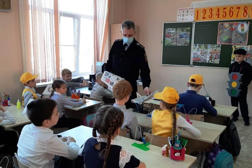 В школах Ростовской области проведён урок по ПДД «Самые главные в жизни Правила»